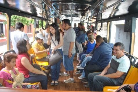 Participante en recorrido de Trolley bus (Foto: ESU Mildred Mazariegos)