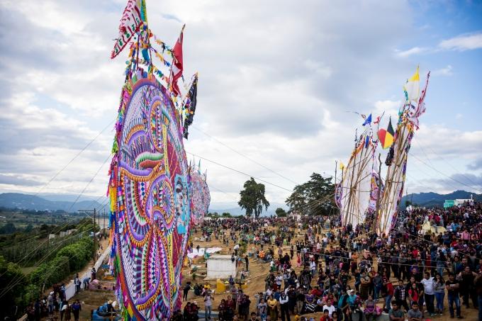 Los barriletes gigantes de Sumpango, aunque no despegan del suelo, se elevan en el horizonte de la cultura y la tradición guatemalteca. (Fotografía: Rubén Lacan)