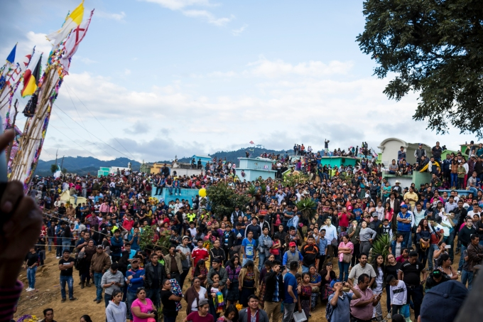 Cientos de personas llegan a admirar la impresionante exposición de colores y tradición que empapa cada centímetro de estos barriletes. (Fotografía: Rubén Lacan)