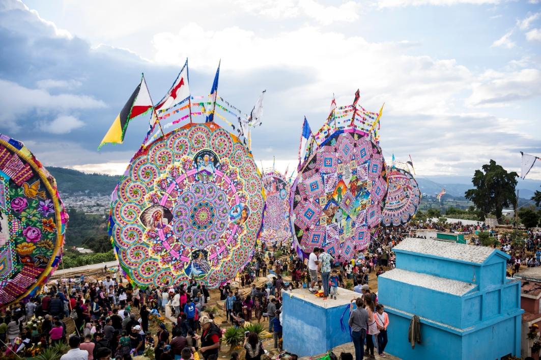 Admirar la complicada construcción de los barriletes y los colores que los conforman es un espectáculo posible una vez al año. (Fotografía: Rubén Lacan)