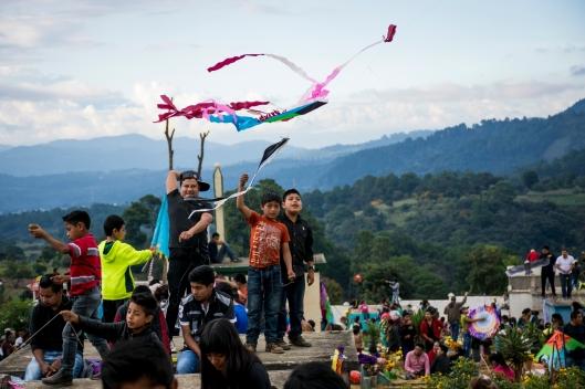 Tanto grandes como chicos disfrutan de volar barriletes en los cielos chapines. (Fotografía: Rubén Lacan)