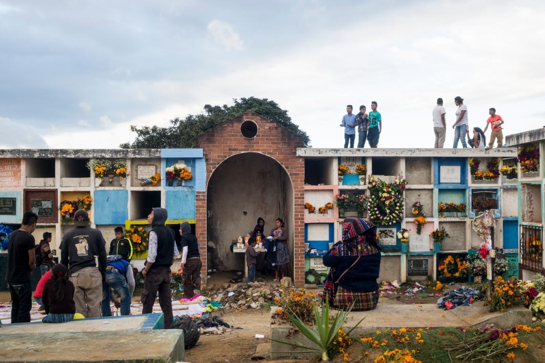 Los cementerios son el escenario escogido para elevar los barriletes gigantes por su inherente conexión con los antepasados fallecidos. (Fotografía: Rubén Lacan)