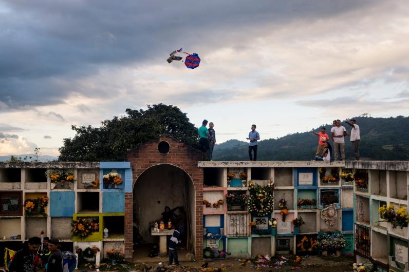 Volar los barriletes en cementerios es la combinación perfecta de pasado y presente que caracteriza a la celebración del Día de Todos los Santos. (Fotografía: Rubén Lacan)