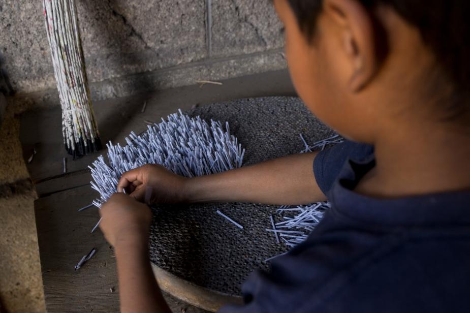 2- Samuel de 9 años mecha cientos de cohetes al dia.