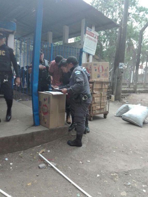 Guardias del Sistema Penitenciario registan la salida de los reos hacia el centro Asistencial