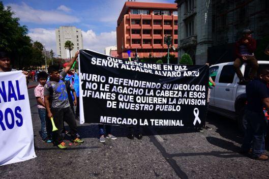 """Vendedores se refieren como """"rufianes"""" a los opositores del recientemente fallecido Álvaro Arzú. Foto Rubén Lacán"""
