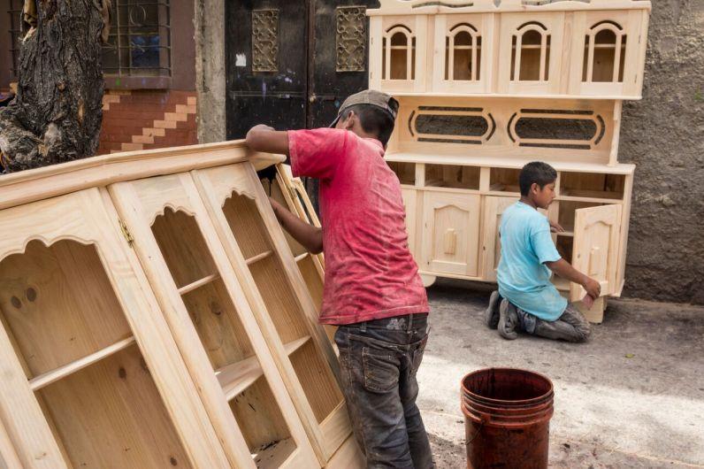 Hermanos trabajan en carpintería Foto. Rubén Lacán