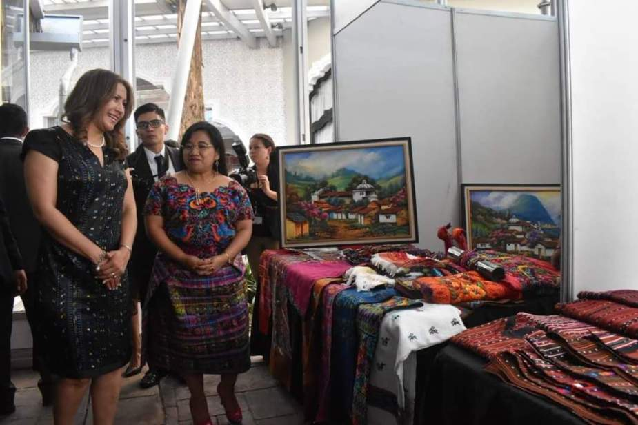 (De izquierda a derecha) Primera dama, Patricia Marroquín junto a la Ministra de Trabajo, Aura Leticia Teleguario Sical..jpg