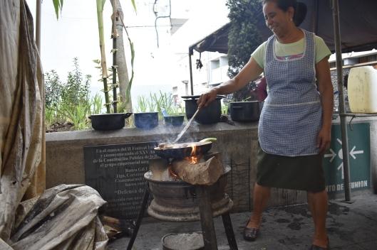 Cocinando en el campamento frente a la CC