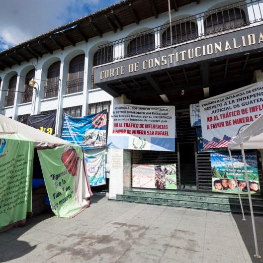 Pancartas en contra y favor de la minería en la entrada de la CC