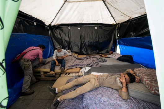 Las camas están elaboradas por tarimas, cartones y colchonetas