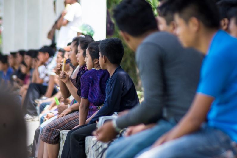 Decenas de personas de Santa Catarina Palopó viendo el partido de Fútbol. Foto por Ruben David Lacan