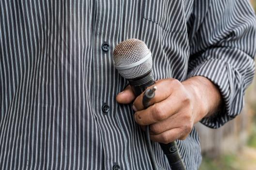 Nicolás instalando el micrófono. Foto por Ruben David Lacan