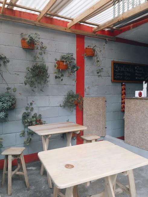 Foto 1. El lugar cuentan con pequeñas mesas y bancos para que las personas puedan sentarse un rato..jpeg