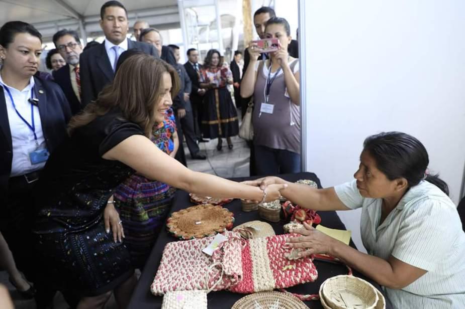 La primera dama, Patricia Marroquín, en uno de los stand de artesanías. Foto Ministerio de Trabajo..jpg