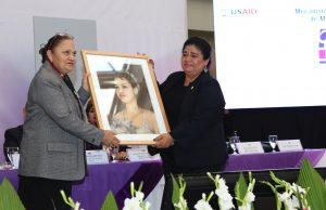 Madre de Isabel recibe honores en la activación de la nueva alerta, fotogragía por Ministerio Público (vía web).jpg