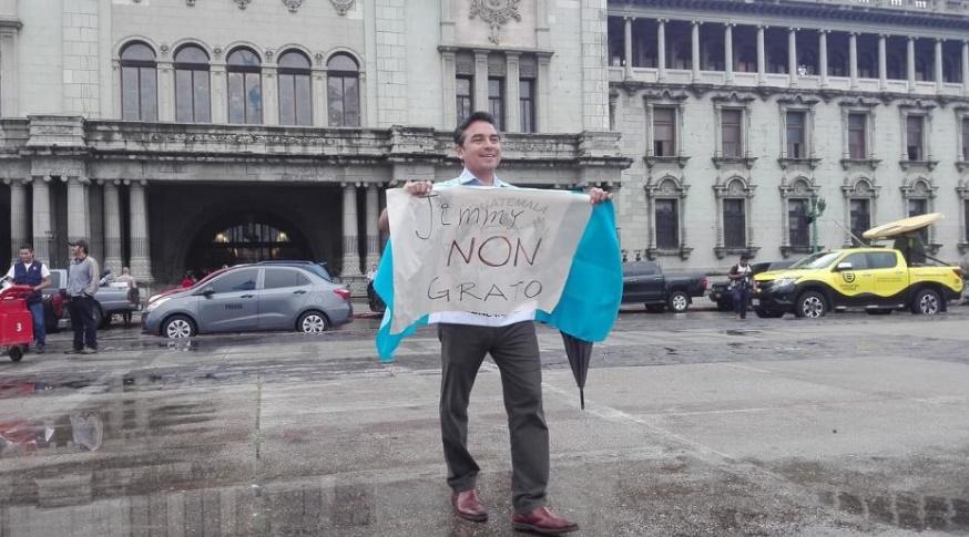 Manifestante muestra cartel dirigido al Mandatario Morales.   (Fotografía de Google)    Foto 2.jpg