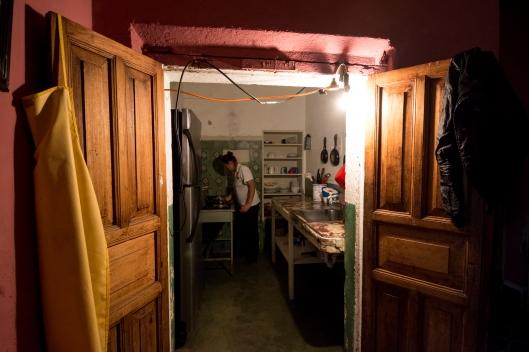 La cocina no cuenta con un sistema eléctrico, para poder iluminarla adaptan un foco con un cable.