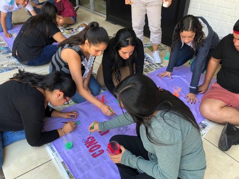 jovenes pintan mantas 1