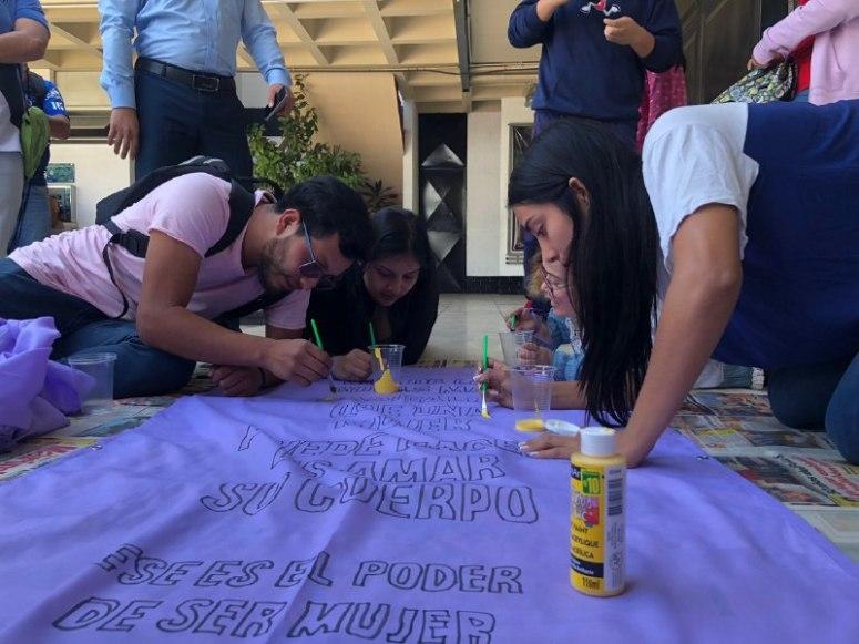 jovenes pintan mantas
