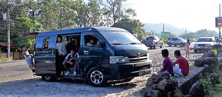 Microbus espera para regresar a las aldeas